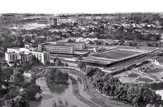 A foto feita em 1958 mostra como era o ambiente do Passeio Público, onde aparecem a Casa do Estudante, o Colégio Estadual e, ao fundo, o Centro Cívico ainda em construção (Acervo Cid Destefani)