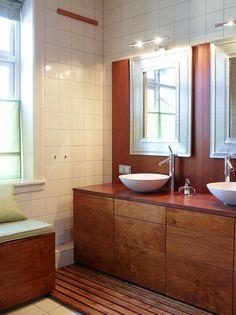 EGET DESIGN: Praktiske funksjoner er samleti et møbel som beboer har tegnet og fått lagetav Tønsberg Treverksted. Marmorvaskeneer fra Korsbakken. Speil fra Home og Cottage.Kranene er designet av Philippe Starck.