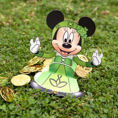 This St. Patrick's Day paper craft is a Minnie Mouse Candy Box, designed by Disney Family Fun. Give your lucky charm something sweet this St. Disney Candy, Walt Disney, Disney Family, St Paddys Day, St Patricks Day, Saint Patricks, Minnie Mouse Birthday Decorations, Christmas Countdown Calendar, Mickey Y Minnie
