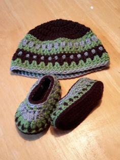 Ensemble chapeau et chaussons bébés,  unisexe, bottines enfant, chapeau hiver,  ensemble au crochet, bonnet bébé vert, brun et gris de la boutique Agadoux sur Etsy
