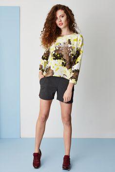 Printed sweatshirt & jersey shorts. Kamila Gronner spring/summer 2015. Jersey Shorts, Printed Sweatshirts, Spring Summer 2015, Hair Makeup, Blouse, Model, How To Make, Collection, Tops