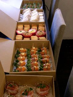 Catering Trays, Food Trays, Catering Food, Sushi Recipes, Cooking Recipes, Afternoon Tea Cakes, Bistro Food, Party Sandwiches, Food Packaging Design