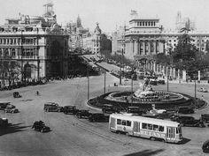 Plaza de Cibeles y Banco de España (1950): Tranvías y coches particulares circulando por la plaza de la Cibeles de Madrid.