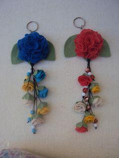 flor de feltro chaveiro - Pesquisa Google Felt Flowers, Fabric Flowers, Paper Flowers, Fabric Ribbon, Fabric Art, Felt Diy, Felt Crafts, Hobbies And Crafts, Diy And Crafts