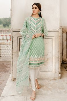 Beautiful Pakistani Dresses, Pakistani Dresses Casual, Indian Gowns Dresses, Pakistani Bridal Wear, Pakistani Clothing, Indian Clothes, Indian Bridal, Ethnic Outfits, Fashion Outfits