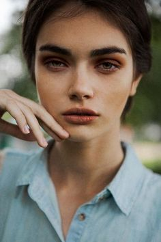 natural attractive thick full brows pretty girl nude lips copper eye shadow natural makeup look Natural Eyeshadow, Natural Eyebrows, Thin Eyebrows, Red Eyeshadow, Cara Delevingne, Selena Gomez, Eyebrow Growth Oil, Antonina Vasylchenko, Eyebrows Goals