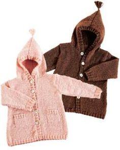 Der er masser af varme godt op over ørerne og ned om bleen, når baby får den søde strikkede hættefrakke på.