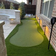 Putting Green In Backyard, Home Putting Green, Backyard House, Modern Backyard, Backyard Sports, Pools For Small Yards, Modern Colonial, Marco Polo, Swimming Pools Backyard