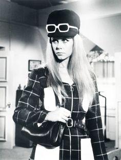 Elizabeth Montgomery, great way to wear sunglasses!