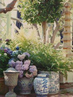 Blåa och vita krukor och urnor.Snyggt ihop med Hortensian och ormbunken.