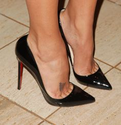 Black patent pointed toe pumps. Tacchi Close-Up #Shoes #Tacones #Heels