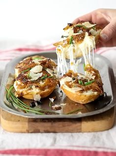 French Onion Cheese Bread is ooey, gooey and totally addicting. Looks soooo good.