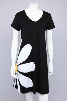 Sort A-kjole med marguerit. Vores mest populære model igennem flere år. Den klassiske marguerit er tidsløs.