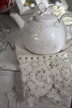 A Shabby Chic Living Room – Decorating On a Budget – Shabby Chic Talk Shabby Chic Theme, Shabby Chic Kitchen Decor, Shabby Chic Living Room, Shabby Chic Style, Living Room Decor, Kitchen Rugs And Mats, Beautiful Bouquet Of Flowers, White Cottage, Christmas Tea