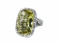 Ringweite: 55. Ringkopflänge: ca. 2,9 cm. Breite: ca. 2,1 cm. Gewicht: ca. 17 g. WG 750. Extravaganter edler Ring mit großem Lemon-Quarz im rechteckigen...