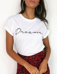Camiseta blanca con mensaje dreamer Camiseta blanca con mensaje dreamer www. New T Shirt Design, Tee Shirt Designs, Shirt Refashion, Diy Shirt, Graphic Shirts, Printed Shirts, White Tshirt Outfit, Winter T Shirts, Smart Casual Outfit