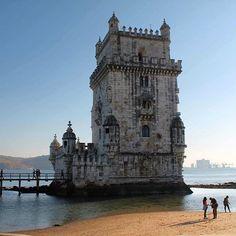 A Torre de Belém está localizada às margens do Rio Tejo, é Patrimônio Mundial pela Unesco desde 1983, e é uma das sete maravilhas de Portugal! Ir em Lisboa e não conhecê-la é como ir em Paris e não ver a Torre Eiffel!  Torre de Belém, Lisboa, Portugal.