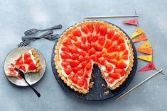 Deze frisse aardbeientaart met knapperige bodem maakt elk feest compleet. Extra zomers: de vulling van lemon curd - Recept - Allerhande