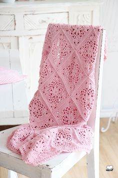 Pretty in pink - granny square blanket Crochet Diy, Crochet Afgans, Manta Crochet, Crochet Home, Love Crochet, Crochet Motif, Beautiful Crochet, Crochet Stitches, Crochet Bedspread