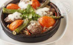 Sotelenmiş kuru soğan ve renkli biberlerden oluşan sebze yatağında ve kiremitte sıcak olarak servis edilen Midilli köfte, anne köftesini aratmıyor.