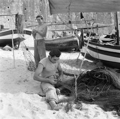 30 Interesting Black and White Photographs That Capture the Fishing Life in Portugal from the ~ vintage everyday Kayak Bass Fishing, Walleye Fishing, Fishing Life, Best Fishing, Fishing Quotes, Fishing Humor, Portugal, Fishing Photography, Fish Illustration