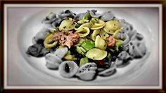 Orechiette con brocoli, piñones, almendras y salchicha.