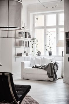 Awesome spacious white scandinavian apartment with black details home livin Patio Interior, Home Interior Design, Interior Styling, Classic Interior, Interior Designing, Contemporary Interior, Luxury Interior, Design Scandinavian, Scandinavian Apartment