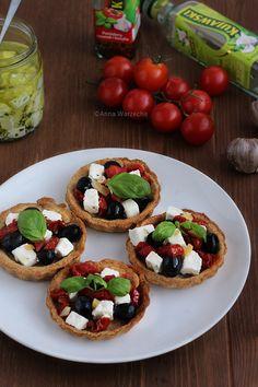 Czosnkowe tarteletki z marynowaną fetą i suszonymi pomidorami
