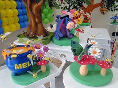 Pote de mel e os personagens da turma do Pooh.