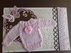 kaart met embossing, ponsen en roze gebreid truitje ( geboorte dochtertje van Jody )
