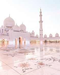 Konrad and I have been to Dubai six years ago and we didn't manage to visit Abu Dhabi back then. Since then the Sheikh Zayed Mosque has been on our bucket list and every time I saw one of the… Islamic Wallpaper Hd, Mecca Wallpaper, Beautiful Mosques, Beautiful Places, Photo Islam, Mekka Islam, Mosque Architecture, Gothic Architecture, Ancient Architecture