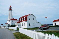 Le Phare de Pointe-au-Père à Rimouski : des lignes épurées, des arcs boutants en béton armé, et ses 33 mètres nous donnent le vertige.