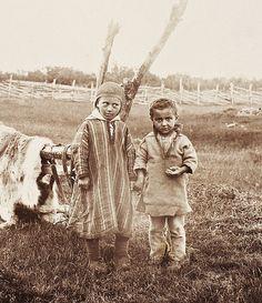 Two children at Stabbursnes in Porsanger, Norway. To barn på Stabbursnes i Porsanger. 1880-1890