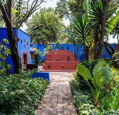 FRIDA - casa azul + art en esp http://www.revistaad.es/decoracion/casas-ad/articulos/la-casa-de-frida-kahlo-en-cayoacan-mexico/17281