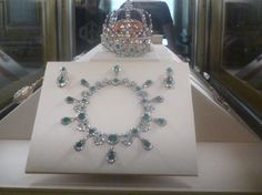Exhibited in the Galerie d'Apollon in the Louvre, this necklace and this pair of earrings that belonged to the Empress Marie Louise, which are the work of the jeweler François Regnault Nitot. This is a present from the Emperor Napoleon to his future wife Archduchess Marie Louise of Austria in 1810. The Empress was then bequeathed to the Grand Duke Leopold II of Tuscany.