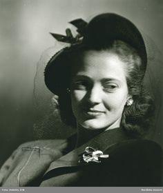 1947. Porträtt av kvinna med hatt i svart sammet och filt, av Claude S:t Cyr. Hatt använd vid franska avdelningens uppvisning september 1947. Foto: Erik Holmén