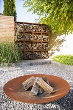 8 DIY Ideas to Create Beautiful Garden Fence Decorations To be able to have a wonderful Modern Garden Decoration, … Small Backyard Landscaping, Backyard Garden Design, Garden Landscape Design, Diy Garden Decor, Backyard Fences, Fence Garden, Diy Fence, Fence Ideas, Yard Ideas