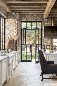 We're Loving: Stone in the Kitchen Country Kitchen Designs, Rustic Kitchen Design, Farmhouse Kitchen Decor, Modern Farmhouse, Kitchen Modern, Modern Rustic, Stone Kitchen, Kitchen Country, Rustic Design