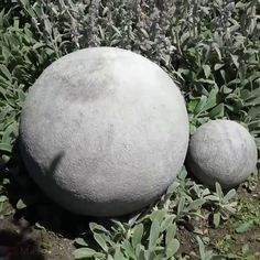 Garden decor balls Pretty garden decoration made with concrete. Concrete Garden Ornaments, Cement Garden, Concrete Crafts, Concrete Cement, Concrete Bird Bath, Cement Art, Concrete Projects, Garden Spheres, Garden Balls