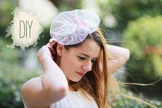 Iulia hat sich für unser aktuelles we love handmade MAG einen wunderhübschen Haarschmuck überlegt. Der Hochzeitstag sollte ein Tag sein, den man nie mehr vergisst. Deswegen finde ich, dass es umso wichtiger ist, sich selber die Hochzeitsaccessoires zu basteln. Fascinators sind oft teuer und passen nicht. Dieser selbstgemachte Fascinator istweiterlesen …