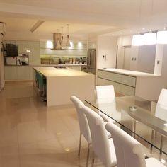 El diseño del proyecto es una combinación de tres modelos:  - Minoru: vidrio blanco - gabinetes grafito - Neutra: pvc alto brillo - gabinetes blancos - Reno life: melamina blanca Reno, Table, Furniture, Home Decor, Templates, Graphite, Glass, White Shaker Cabinets, Sparkle