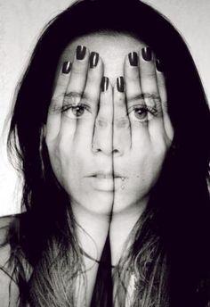 Dit meisje verbergt haar gezicht achter haar handen, maar je ziet haar gezicht nog wel. Je ziet haar emotie. Ze houdt zich een masker voor die niet past.