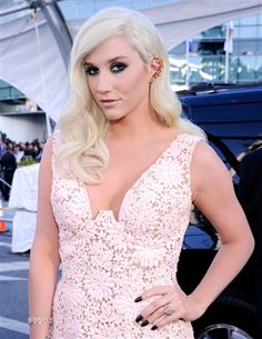 Singer Ke$ha walks the red carpet at the American Music Awards (Photo: Kevork Djansezian / Getty Images)