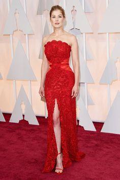 L'abito di Rosamund Pike ha riscosso successo: ben proporzionato, tonalità di rosso azzeccata e sandali essenziali.  -cosmopolitan.it