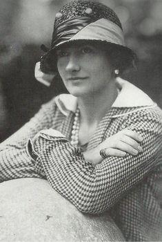 Coco Chanel portant ses propres créations dans les années 20.