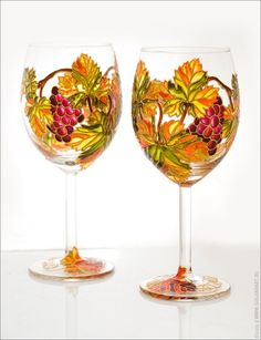 Gorgeous wine glasses - great color combo - grapes with beautiful autumn leaf colors Wedding Wine Glasses, Diy Wine Glasses, Hand Painted Wine Glasses, Grape Painting, Bottle Painting, Stained Glass Paint, Making Stained Glass, My Glass, Glass Art