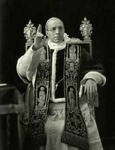 Discursos de Su Santidad Pío XII a los recién casados entre los años 1939 y 1943   Ahora camináis en la aurora de la alegría. Ante los sagrados altares, habéis orado por vosotros mismos, por vuestro hogar recién fundado, por los pequeñuelos que vendrán a alegrarlo y a alegraros.