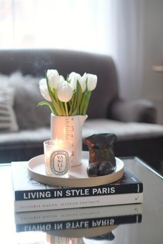 Coffee Table Book Design, Coffee Table Styling, Round Coffee Table, Modern Coffee Tables, What To Put On A Coffee Table, Books On Coffee Table, Fashion Coffee Table Books, Coffee Table Centerpieces, Decorating Coffee Tables