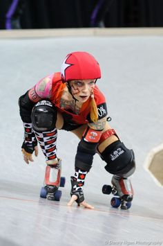Roller Derby- Love her stance. Human Poses Reference, Pose Reference Photo, Skates, Roller Derby Girls, People Poses, Anatomy Poses, Cool Poses, Dynamic Poses, Character Poses