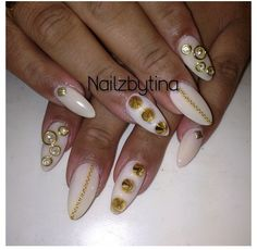 Stiletto nails .